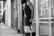 Männer mit Piercings Tattoos und Bärten