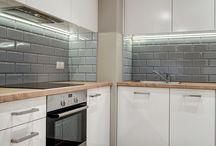 Aranżacje Perfect Space - Uniwersalny najem / Kolejne mieszkanie na wynajem w portfolio Perfect Space. Założenie projektowe lokalu:  ma spodobać się ewentualnemu najemcy – singlowi, bądź parze młodych, pracujących osób. Uniwersalna kolorystyka, dębowa podłoga, brak jaskrawych kolorów. Kuchnia i łazienka wyposażona w zabudowy zabudowane robione pod wymiar. Ciepłego charakteru nadają lampy i elementy oświetleniowe Nowodvorski.