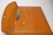 Деловая папка для бумаг. / Ручная прошивка вощеными нитями, пропитка натуральным воском. Кожа 3 мм. Двойные заклепки позволяют регулировать плотность прилегания клапана. Имеется внутренний карман для мелочи.