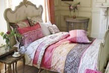 Style Cosy / Chaque meuble est le travail soigné d'artisans d'exception. Des textiles cossus, fleuris ou écossais ponctuent une décoration enveloppante. Bienvenue dans la maison Cosy...