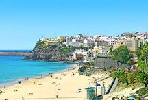 Fuerteventura / Fuerteventura er for dig, som er en rigtig soldyrker! Her hersker sandet, havet, bjergene og her finder man mange sikre soltimer. Der er hoteller for enhver smag, og er du til træning på ferien, kan vi anbefale dig en tur til vores sportsresort Playitas. Se mere på www.apollorejser.dk