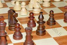 Shakki / Shakki eli šakki on strateginen lautapeli, jossa kaksi pelaajaa siirtää vuorotellen omia nappuloitaan.
