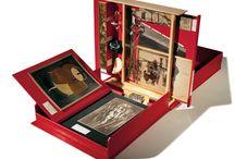 Cajas y ensambles / Cajas de memoria, objetos con un significado especial para un artista que, vinculados entre sí dan nacimiento a una obra.