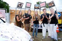 Fotodisplay / Het fotodisplay is een fotograaf met scherm boven zijn hoofd waarop de foto direct zichtbaar is. Op dit beeldscherm kan uw merk, logo of boodschap worden gecommuniceerd. Nadat de foto gemaakt is kan er enkele seconden een tussen scherm worden getoond waarna de foto verschijnt. voor meer informatie bezoek onze website www.photonic.nl