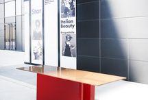 """Maso / Il tavolo """"Maso"""" è una collezione di tavoli con diverse dimensioni e differenti colori nella struttura della base, mantenendo sempre presente il piano in masonite laccata al poliestere. Il piano del tavolo """"Maso"""" è composto da diversi fogli di masonite sovrapposti che vanno a formare un piano di 15 mm. Il bagno al poliestere dona un aspetto lucido al piano. La struttura della base è in lastre di mdf curvato e laccato con colori a scelta; Collage lo propone nella versione red."""
