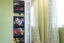Makuuhuone / Aamu alkaa makuuhuoneesta. On mielyttävä aloittaa uusi päivä, kun tietää mistä tavarat löytyvät- kaikki järjetyksessä omilta paikoiltaan. Olisipa toiveenasi 67 senttimetrin syvyinen  tai muun kokoinen säilytysratkaisu, unelmiesi tuotteet löytyvät Inariasta. Inarian millimetrin tarkkuudella tehdyillä tuotteilla saat täydellisen, vaikka koko seinän kokoisen liukuovikaapiston, jonka pintamateriaalit saat valita itse.