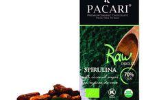 Tavolette Raw Demeter con Superfood / Nella nostra selezione di tavolette Raw tutti gli ingredienti sono processati al minimo con l'obiettivo di mantenere intatto il profilo di sapore e gli antiossidanti presenti nel cacao. Le nostre tavolette Raw sono le prime tavolette al mondo di cioccolato biodinamico certificate Demeter. Combiniamo il nostro cioccolato con una selezione di super alimenti che contribuiscono in modo piacevole alla vostra salute.