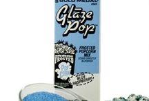 Nos Glacages Popcorn / Préparez rapidement et facilement votre popcorn avec nos glaçages et découvrez un extraordinaire éventail de saveurs! Il suffit de mettre la préparation directement avec le maïs et un peu d'huile dans votre casserole ou Whirley Pop, aucun ustensile supplémentaire n'est nécessaire. Ils contiennent un catalyseur spécial qui lie le sucre et l'huile afin d'obtenir un résultat parfait. Une innovation unique en direct des U.S.A!