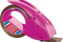 Büro Organisation in pink / Gute Laune am Arbeitsplatz ist angesagt. Auch in der Streit Arbeitswelt begeistert ein moderner Arbeitsplatz mit farblichen Akzenten anstatt grauen Wänden die Mitarbeiter.  Lassen Sie sich von der Gute-Laune-Farbe Pink im Büro inspirieren...