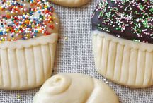 Cupcake cookie mold /  Cupcake cookies. Talk about an identity crisis! This versatile silicone rubber mold creates cookies that can be decorated to suit any occasion.