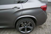 REALIZACJA: BMW X6 M50D HAMANN / Przedstawiamy kolejne BMW X6 F16 które zostało wyposażone w nakładki poszerzające na nadkola firmy Hamann. Taka modyfikacja to doskonały przykład na to jak dyskretne dodatki wpływają na oblicze samochodu.  Więcej informacji na naszym blogu: http://gransport.pl/blog/realizacja-bmw-x6-m50d-hamann/  Oficjalny Dealer Hamann Motorsport GranSport - Luxury Tuning & Concierge http://gransport.pl/index.php/hamann.html