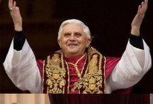 """""""Tu és Pedro e sobre esta pedra edificarei a minha Igreja"""" (Mt 16,18) / O primeiro Papa foi São Pedro, a quem Jesus Cristo disse: """"Tu és Pedro e sobre esta pedra construirei a minha Igreja. A ti darei as chaves do reino dos céus; e tudo o que ligares na terra será ligado nos céus, e tudo o que desligares na terra será desligado nos céus"""" (Mateus, 16, 13-20).  Seguir o Sumo Pontífice é a certeza de estar em comunhão plena com Cristo, por isso se diz que o Papa é fundamento visível da unidade.  Papa: Pedro Apostolo Principe dos Apóstolos."""