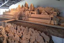 砂丘の砂像 / 自然の造形美「烏取砂丘」の砂が 新たな造形美を生んだ。  2012年4月、世界初となる砂像のための展示施設、 「砂の美術館」が誕生。 毎年テーマを変えて展示し、 今回のテーマは第6期展示 「砂で世界旅行・東南アジア編」 会期が終われば、砂像(さぞう)はもとの砂に還り 限られた時間しかここに存在することができない。  儚くも美しい造形を創り上げる為に、 砂像彫刻家たちは情熱を注ぎ 永遠に残らないがゆえの美しさが、 砂像のもつ大きな魅力。  久々に感動し心臓がときめいた。  永遠に残る芸術などあり得ない 真にあるとすればそれぞれの心に残る 「感動」という心の動静だろう。