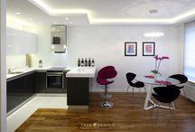 Mieszkanie w Sopocie / Założenia projektowe były jasne: mieszkanie ma być pełne światła, komfortowe i nowoczesne. W mieszkaniu przeważającym kolorem jest biel, to ona rozprowadza światło po pomieszczeniach, nadaje lekkości i elegancji. Biały kolor znajdziemy nie tylko na ścianach, ale także na szafkach łazienkowych, wieszanych szafkach kuchennych, blatach i dodatkach w całym mieszkaniu. Elegancji nadają zastosowane m.in. ażurowe panele i pikowania na ścianach podświetlone ledami.