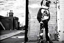 """BLEK LE RAT / # Creadores. Blek le Rat es el pionero de lo que actualmente conocemos por arte urbano, tanto en """"esencia"""" (la crítica mordaz a la sociedad capitalista, al sistema político y económico o a las principales figuras públicas)  como en """"presencia"""" (mediante la incorporación de nuevas técnicas como las plantillas). Como """"padre"""" del arte urbano, tal vez su obra sea menos reconocible que la de Banksy, pero en cuanto a la teoría, sobre su figura han corrido ríos de tinta."""