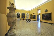 Virtual Tour - Sala XXVIII. Pittura del XVII secolo in Italia / La sala, di pianta rettangolare, affaccia sull'imponente portale di Giuseppe Piermarini e ha una copertura a volta che è quella originaria.