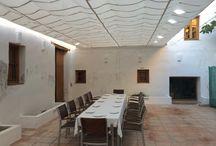 ALQUERÍA LA TAULA LLARGA / Situada en Valencia Capital.  Espacio privado con posibilidad de ser alquilado de forma puntual. La Alquería dispone de un patio interior con posibilidad de cubrirlo con una lona para 40 comensales, y dentro para 80. La capacidad para servicios de pie es de 70 en el patio y 150 dentro de la alquería.