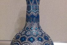 Botella decorada con mosaicos azules o pintada con pinturas azules