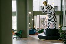 Modernist / Une bulle de fantaisie, en écho au design des années 80 et à l'école moderniste du Bauhaus. Le mobilier utilise largement le stratifié dans un joyeux collage de textures, couleurs et matières. La couleur fait partie intrinsèque de la conception des espaces et du mobilier, en douceur vintage ou en vifs naïfs. Des formes géométriques, asymétriques composent des ensembles structurés/déstructurés dans un esprit BD ou cartoon. Un esprit fun et trendy dont le terrazzo pourrait être l'icône.