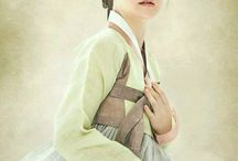 Saimdang, Diary of light's / A Korean art history lecturer (Lee Young-Ae) discovers the diary of historical figure Shim Saim-dang, the secret of mysterious portrait.  2017 SBS's Historical drama 'Saimdang the Herstory' starring Lee Young-Ae and Song Seung-heon