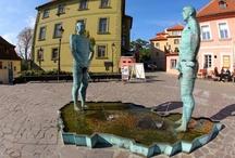 """Provocazione / A Praga,davanti all'ingresso del Museo di Kafka,ecco innalzarsi un'installazione dell'artista David Cerny,irriverente provocatore che con la sua """"Piss""""(2004) rappresenta  due uomini, ripresi mentre si liberano ma non in un comune stagno,bensì sopra un catino che ha la forma della Repubblica Ceca. Come a dire, che pisciano sul proprio paese. Le statue inoltre si muovono, scrivendo nell'acqua frasi di personaggi celebri della città."""