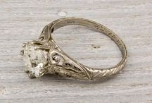 Biżur / All kinds of jewelery: necklaces, brooches, rings and more.