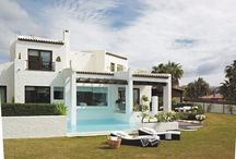 Sotogrande / Overlooking the Mediterranean Sea, this 300 sqm-villa combines a modern & minimalist style and a traditional Andalusian touch.