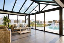 Mon salon dedans / dehors / La véranda en aluminium dessine un nouvel art de vivre conjuguant confort intérieur et ouverture sur l'extérieur, idéale pour votre salon.