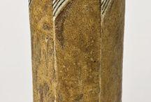 Gertrud Vasegaard (1913–2007) / Gertrud Vasegaard. Dänische Keramikerin und Designerin. Bekannt wurde sie vor allem für ein 1956 von ihr gestaltetes Teeservice, dass vom dänischen Kulturministerium als Meisterstück dänischen Designs gewertet und in die Liste der bedeutendsten dänischen Kunstwerke aufgenommen wurde. Vasegaard schuf Entwürfe für die Porzellanmanufakturen Bing&Grondahl und Royal Copenhagen. In ihre eigenen Werkstatt arbeitete sie vor allem mit ihrer Tochter Myre zusammen.
