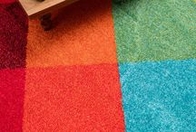 Raumwunder Teppich / Teppiche können den Raum größer oder kleiner wirken lassen und sind damit echte Raumwunder. Außerdem sorgen sie für den passenden Farbakzent. Ein paar Ideen und Insirationen findet ihr hier.