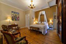 La Lyonnaise / La chambre d'hôtes la Lyonnaise : «Un clin d'œil à la région de naissance de Vanessa…» Belle chambre aux dimensions généreuses (30 m2),  pouvant accueillir 2 personnes, offrant une belle vue sur les paddocks et chevaux. Avec sa belle armoire Lyonnaise Louis XV en noyer, ses cabriolets de style « Nogaret », elle saura vous séduire par l'élégance de sa décoration dans les tons blanc et or…  - Grand lit de 160 cm. - Salle de bains avec double vasque et douche à l'italienne. - Toilettes séparées,