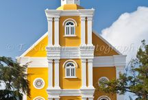 Dutch Caribbean Architecture of Curacao / The oldest buildings in Curacao were build in the Dutch colonial style mixed with the bright colors of Curacao. Many of these building you can still see today in the heart of Curacao, Willemstad.