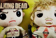 The Walking Dead / Sección de The Walking Dead.  Peluches y figuras de los personajes de la exitosa serie de zombies: Rick, Daryl, Michonne, Glenn...