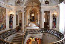 Architettura e decorazione del '700 / Regge e palazzi  europei di stile barocco e rococò, con immagini di esterni e  particolari interni di scaloni d'onore e soffitti