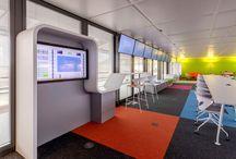 Mobilier de bureau - Nestlé Digital Space / Mobilier en résine de synthèse V-korr, en une pièce thermoformée, comprenant : habillages d'écran, tables, banquettes... Copyright : Alain Bouhanna