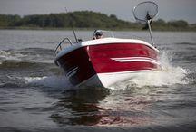 Neuboote - Bootsbau Aquila / Die Aquila-Line bietet schnelle Verdränger-Yachten mit einer Länge von 7 und 9 Meter und sportliche Gleiter in verschiedenen Längen um 7 Meter. Selbstverständlich werden auch diese Yachten ganz individuell nach den Wünschen der zukünftigen Eigner geplant und angefertigt. So kann die Innenaufteilung variabel gestaltet werden.