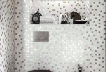 Mozaiek tegels - Lingen Keramiek / Doe hier je inspiratie op omtrent mozaiek tegels! Mozaiek maakt iedere ruimte kleurrijker en opvallender. Je komt dit soort tegels vaak tegen in de badkamer en keuken.  Iets moois gezien? Onze tegeladviseurs in onze showrooms in Leiden en Capelle aan den IJssel vertellen er graag meer over! #mozaiek #steentjes #badkamer #inspiratie #glasmozaiek #matjes #keuken #vloertegels #wandtegels