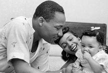 Martin Luther King / Martin Luther King, Jr. est un pasteur baptiste afro-américain, militant non-violent pour les droits civiques des Noirs aux États-Unis, pour la paix et contre la pauvreté, né à Atlanta (Géorgie) le 15 janvier 1929 et mort assassiné le 4 avril 1968 à Memphis (Tennessee). (Source Wikipédia)