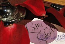 Piros ás bordó Esküvői dekoráció - Red wedding decoration / A piros és a bordó színek a szerelem és a szenvedély színei. Ezek a tüzes színek nagyon intenzív, érzéki színek lévén a vágyat és a szerelemet szimbolizálják. Ezek a színek főleg téli és őszi esküvők alapszínei.  Téli esküvőn arannyal és fehérrel kombinálva nagyon elegáns, királyi légkört teremtenek. Ha barokkos stílust szeretnénk követni, akkor a merészebb feketével is párosíthatjuk a bordó színt.