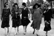 El estilo años 20 / El estilo años 20 vuelve a la moda con mucha fuerza. Vestido cortos con brillos, con flecos, collares de perlas, guantes, boas, estolas, zapatos mary jane, guantes largos...y un sin fin de complementos y modelos para crear tu look flapper...