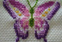 Cruz mariposas y libélulas.