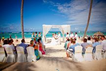 Beautiful Barefoot Wedding Inspirations for Bahamas Beaches / Here are some of our favorite beach wedding settings!