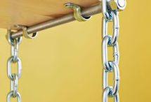 repisa con cadenas y tablero