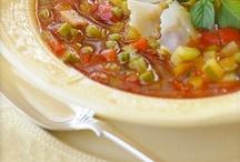 """Минестроне / В добропорядочном минестроне главное - количество овощей. Не в смысле массы - в смысле числа ингредиентов: чем больше, тем лучше. Его, в конце концов, поэтому и называют минестроне - """"большой суп""""."""