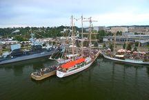 Operacja Żagle Gdyni / Operation Gdynia Sails / Malownicza parada na wodach Zatoki Gdańskiej, w blasku zachodzącego słońca zakończyła Operację Żagle Gdyni 2014. Podczas pięciu dni, które flota spędziła w gdyńskim porcie, żaglowce obejrzało 1,9 miliona odwiedzających. Impreza upamiętniła 40. rocznicę pierwszego zlotu żaglowców, Operacji Żagiel '74.