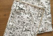 Zero déchet - Planche de dessin / Planche réalisé en tissu à colorier, doublé dans un coton enduit pour une meileure tenue. A colorier avec des feutres textiles lavables pour une durée illimitée... A emporter lors de sorties, resto, voiture, lors de  RDV pour faire patienter.   Un petit clin d'oeil à notre belle planète en utilisant un produit réutilisable...  https://www.etsy.com/fr/shop/AtelierdesEtoiles?ref=shop_sugg https://atelierdesetoiles.patternbyetsy.com/