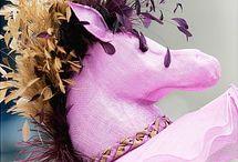 Chapeaux de courses / Le Prix de Diane, c'est toujours l'occasion de découvrir des chapeaux tous plus dingues les uns que les autres. On a réuni un petit best-of dans notre galerie Pinterest. Lequel préférez-vous ?