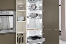 Illumina gli interni della tua cucina / Arrex Le Cucine consiglia: illumina gli interni della tua cucina, così vedrai tutto, ma proprio tutto quello che c'è! Metti le luci all'interno dei cassetti, dei cassettoni, delle colonne, delle basi ad angolo o dei pensili: potrai così trovare tutto facilmente al primo sguardo. Le luci, inoltre, contribuiscono a realizzare in cucina un'atmosfera molto particolare e professionale, a volte high tech, a volte decisamente più soft... I dettagli fanno davvero la differenza: guarda le foto…