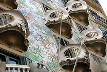 Barcelona,Spania / Barcelona - un oraş cu o mie de feţe! Un oraş pe care dacă nu l-ai vizitat încă, atunci trebui să o faci şi dacă l-ai văzut deja, atunci trebuie să te întorci! Nebunia lui Gaudi a colorat acest oraş în minuni cum sunt Sagrada Familia şi Parcul Guell, dar şi multe alte clădiri impresionante.