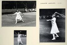 Jacques Henri Lartigue / Toute sa vie, il aime photographier les sports auxquels il s'adonne lui-même, comme ces parties de tennis avec la célèbre championne Suzanne Lenglen, dont il est ami depuis l'adolescence. Suspendue dans les airs, penchée vers la balle, la sportive est figée dans une posture particulièrement dynamique : une prouesse rendue possible par la rapidité conjuguée de Lartigue et celle du procédé au gélatino-bromure d'argent utilisé.